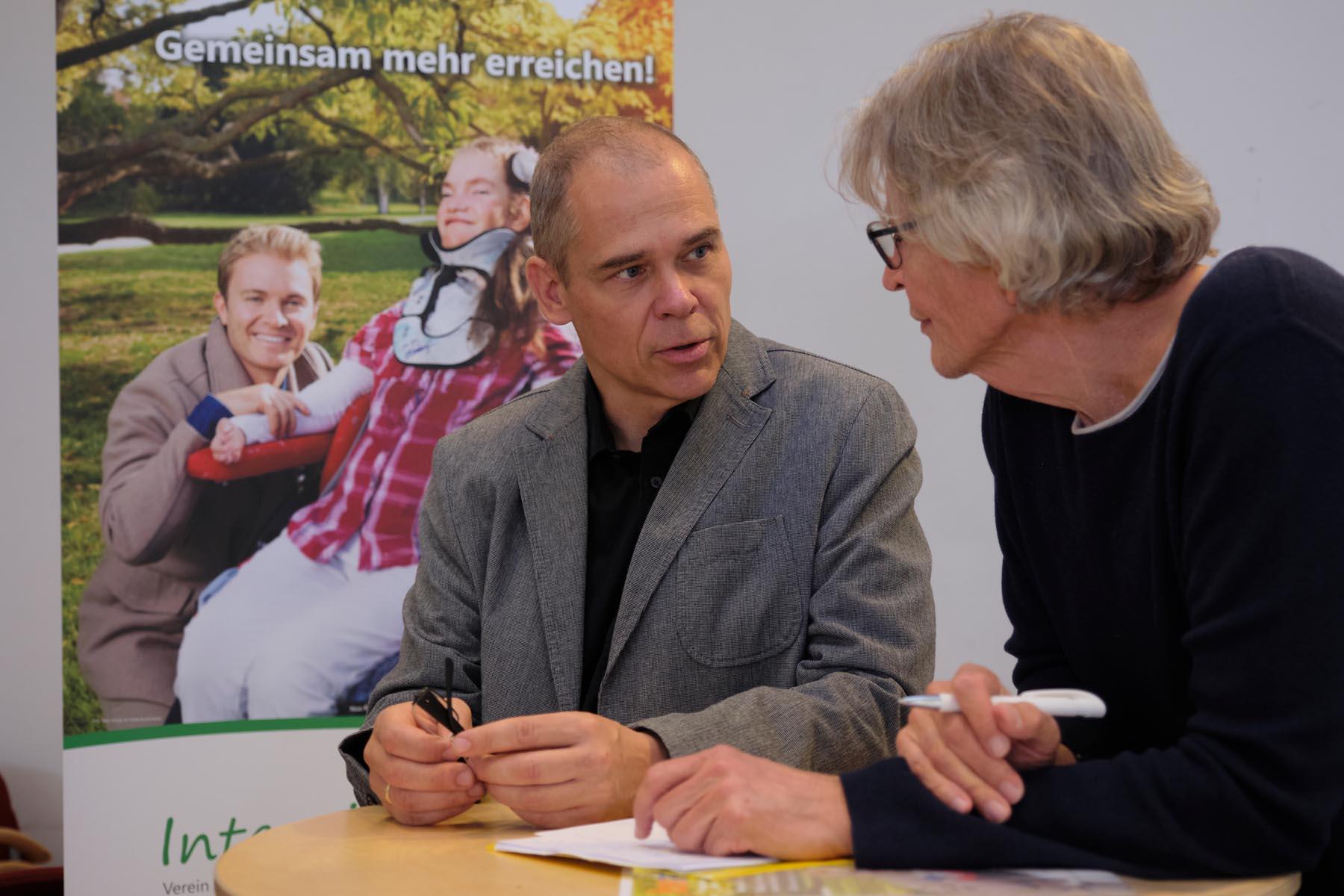 Reporter-Thomas-Pfundtner-und-Markus-Behrendt-vom-Verein-intensivleben-kassel-im-Gespräch-ueber-Probleme-und-schoene-Erlebnisse-mit-den-schwerkranken-Intensivpflegekindern