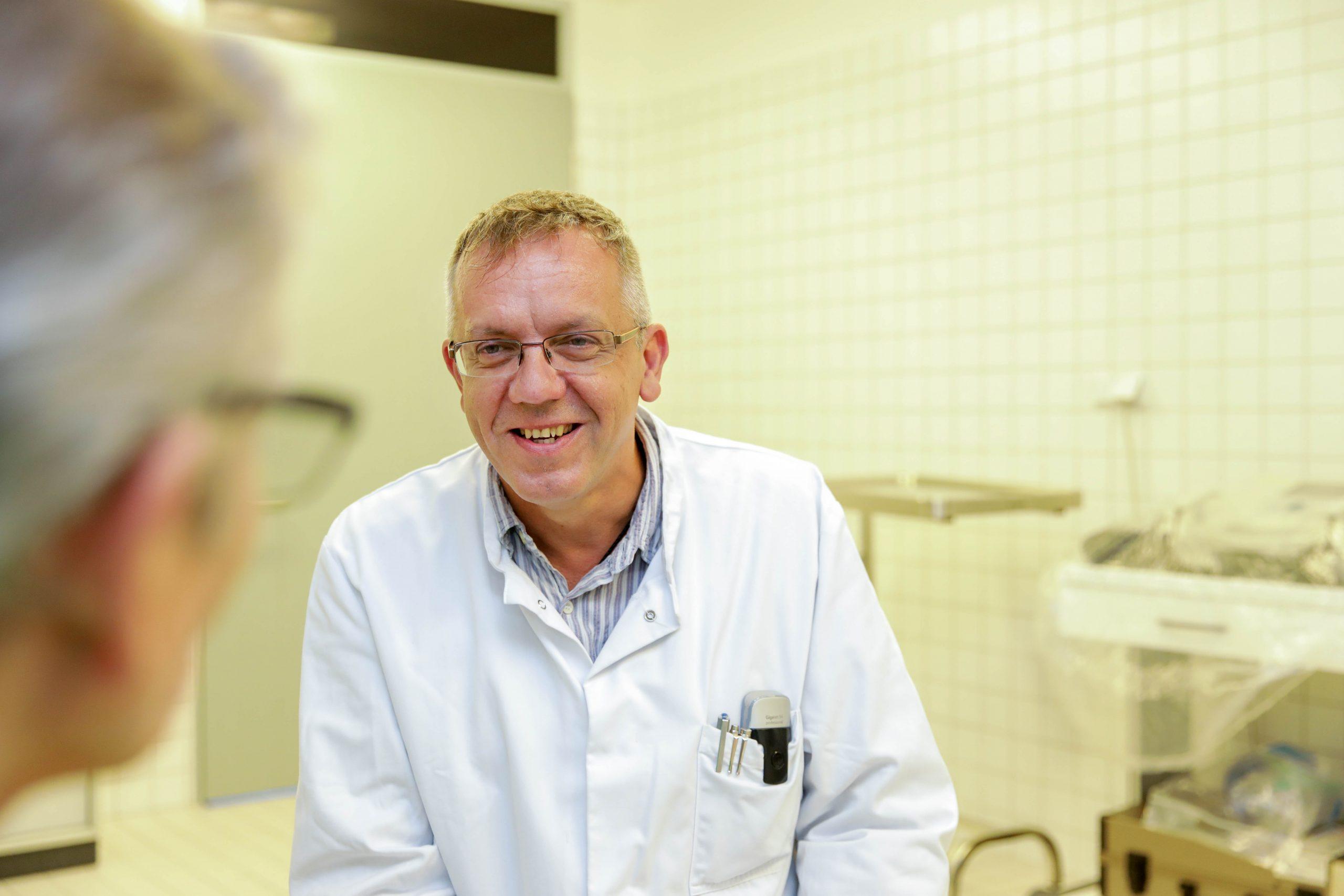 Neurologie-Chefarzt-Dr-Ron-Lenz-begueckwuenscht-seinen-Reha-Patienten-zur-Entfernung-der Trachealkanuele