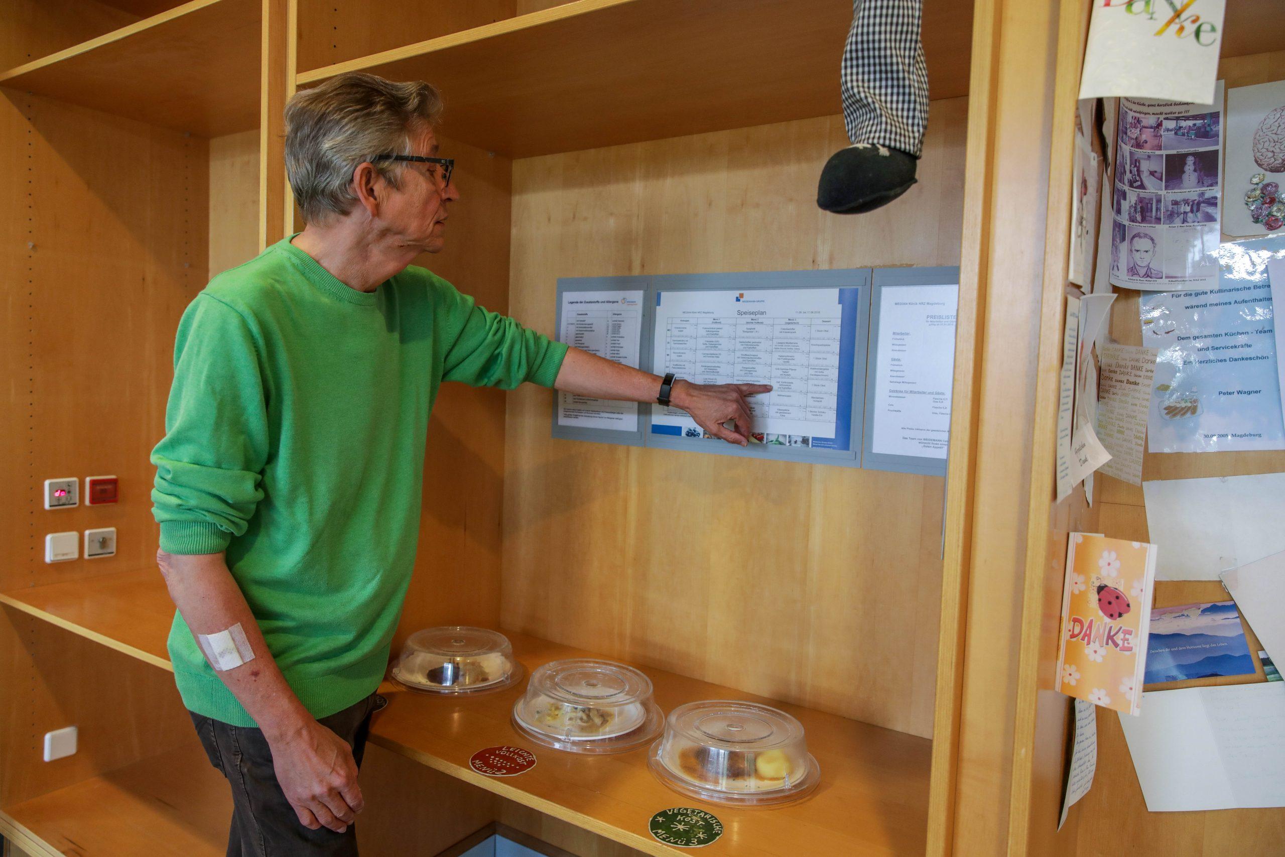 Das-erste-Essen-im-NRZ-Kaffee-sucht-sich-Reha-Patient-Thomas-Pfundtner-auf-dem-woechentlichen-Speiseplan-aus