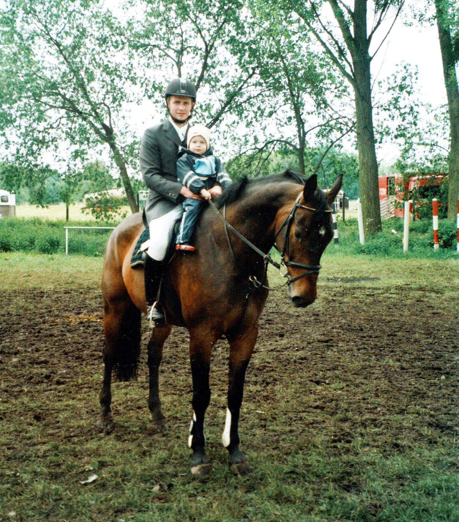 ALS-Maik-Bethge-mit-Kind-u-Pferd
