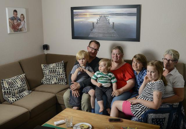 Familie-sitzt-im-Wohnzimmer