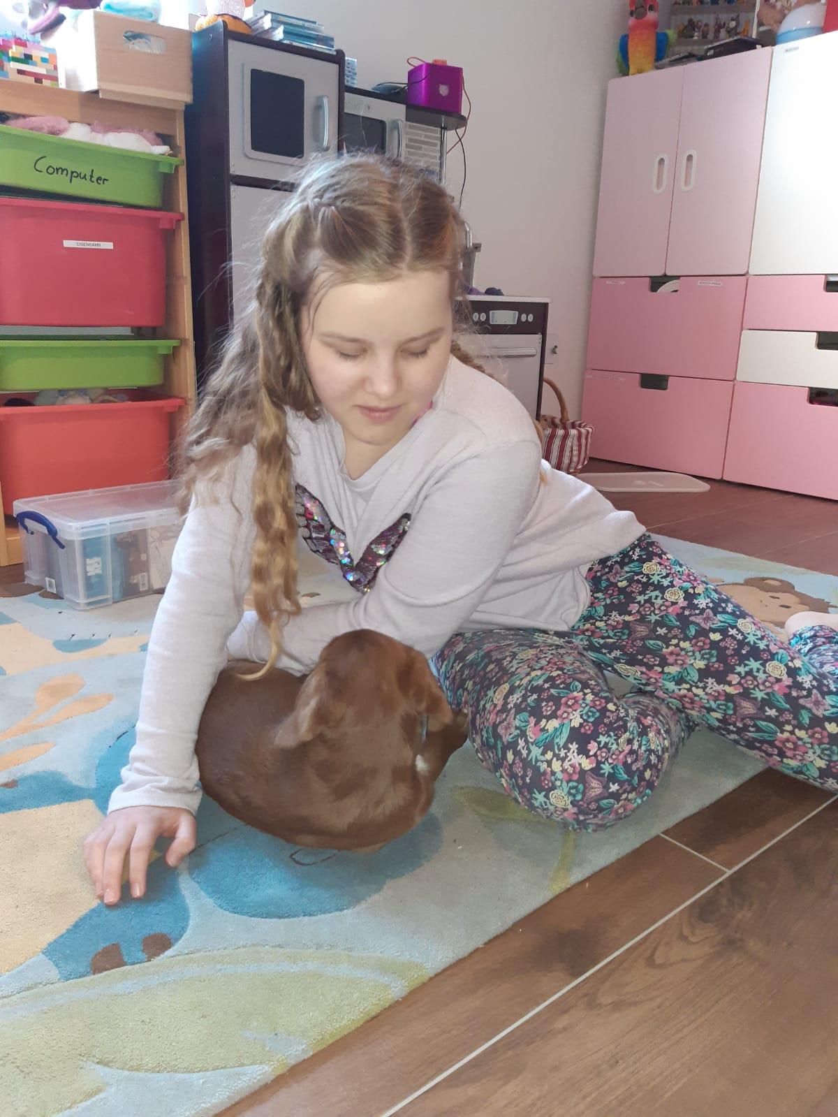 NCL-Kind-spielt-mit-Hund