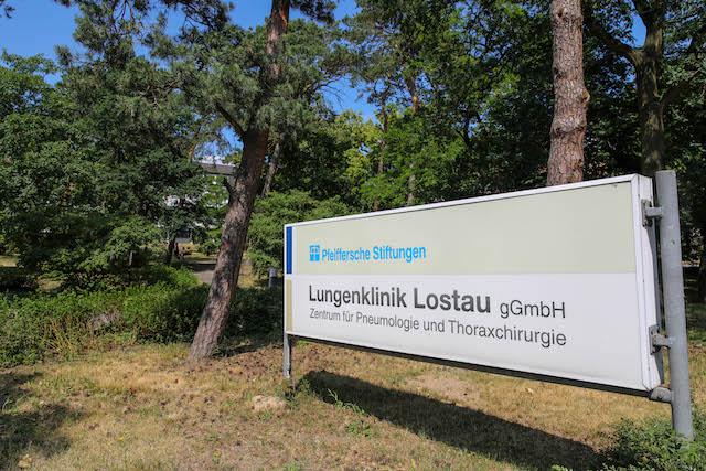 Eingangs-Schild-der-Lungenklinik-in-Lostau