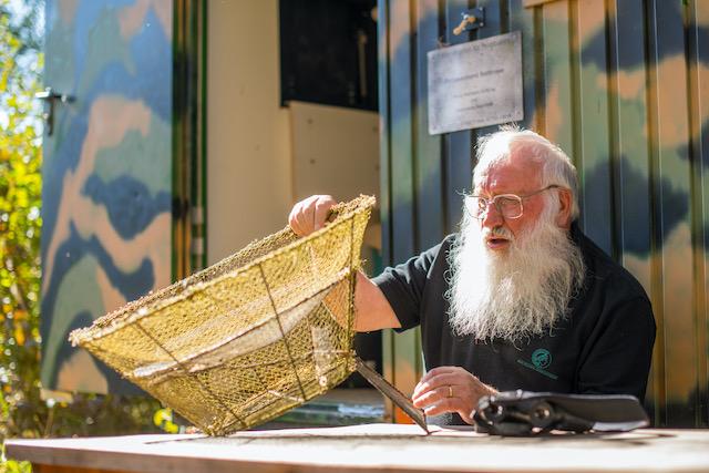 Ornithologe-Professor-Peter-Berthold-ueberprueft-an-seinem-Lieblingsplatz-einem-alten-Bauwagen-einen so genannten Sperberfangkorb.