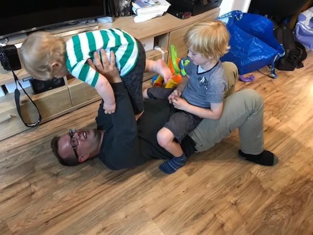 Vater-spielt-mit-Kind