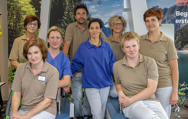 Sechs-froehlich-lachende-Pflegerinnen-ein-schmunzelnder-Pfleger.-Sie-waren-ein-Teil-des-Rehateams-im-NRZ-Mahdeburg-und-brachten-Thomas-Pfundtner-wieder-auf Vordermann