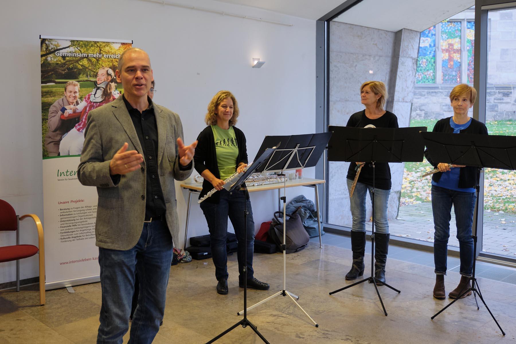 Zum-Intensivcafé-in-kassel-kamen-auch-drei-floetistinnen-die-das-treffen-musikalisch-begleiteten-auf unserem-bild-wird-das-trio-von-markus-behrendt-vorgestellt