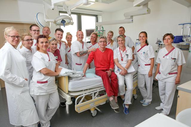 Das-der-Lungenklinik-Lostau-Aerzteteam-mit-ihrem-Patienten-Thomas-Pfundtner, der-sechs-Wochen-im-kuenstlichen-Koma-lag