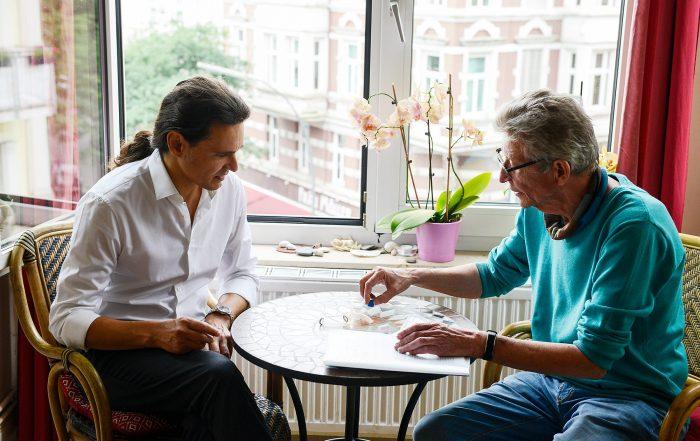 Dr-Tobias-Leis-im-Gespräch-mit-seinem-Patienten-Thomas-Pfundtner-nachdem-dieser-wieder-fit-war