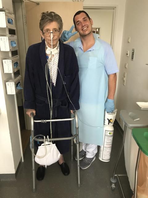 Koma-Patient-Thomas-Pfundtner-wird-von-Physiotherapeut-bei-den-ersten-Laufversuchen-begleitet