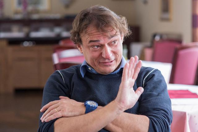 Im-Interview-benutzt-Andreas-Englisch-immer-wieder-seine-Hände-um-seine-Gedanken-zu-untermalen