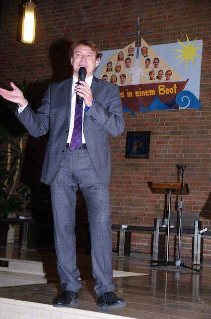 Mit-vielen-Gesten-unterstreicht-Andreas-Englisch-seine-päpstlichen-Erlebnisse