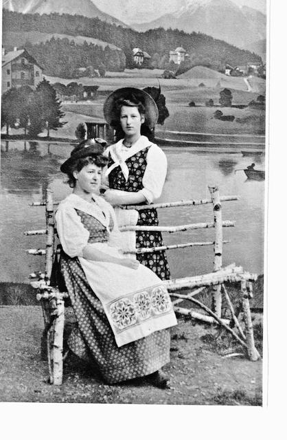 foto-ais-dem-Buch-Alice-Alice-sitzt auf einer-Birkenbank-hinter-ihr-steht-ihre-schwester-die-juristin-helene-eissler