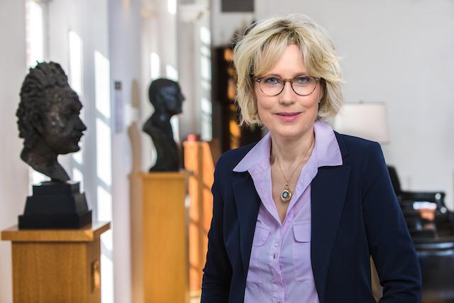 Historikerin-und-Autorin-Karina-Urbach-schrieb-das-Buch-das-buch-alice-wie-die-nazis-meiner-grossmutter-das-kochbuch-stahlen